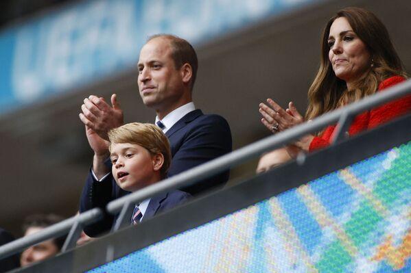Hoàng tử William và Nữ công tước xứ Cambridge cùng con trai ăn mừng chiến thắng trong trận đấu bóng đá UEFA EURO 2020 tại Sân vận động Wembley, London - Sputnik Việt Nam