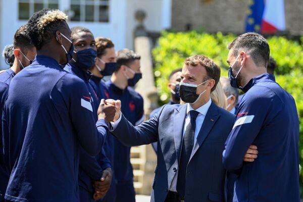 Tổng thống Pháp Emmanuel Macron chào mừng các cầu thủ Pháp trước thềm giải bóng đá UEFA EURO 2020 - Sputnik Việt Nam