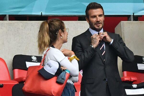 David Beckham nói chuyện với người hâm mộ trong trận đấu bóng đá tại sân vận động Wembley ở London - Sputnik Việt Nam