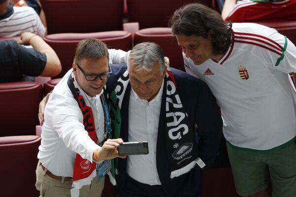 Thủ tướng Hungary Viktor Orban (giữa) chụp ảnh với người hâm mộ trước trận đấu tại sân vận động Puskas ở Budapest - Sputnik Việt Nam