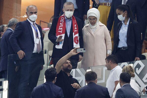 Tổng thống Thổ Nhĩ Kỳ Recep Tayyip Erdogan và phu nhân Emine trong trận đấu bóng đá ở Baku - Sputnik Việt Nam