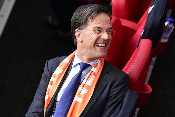 Thủ tướng Hà Lan Mark Rutte mỉm cười trong trận đấu bóng đá trên sân vận động Johan Cruyff ở Amsterdam - Sputnik Việt Nam