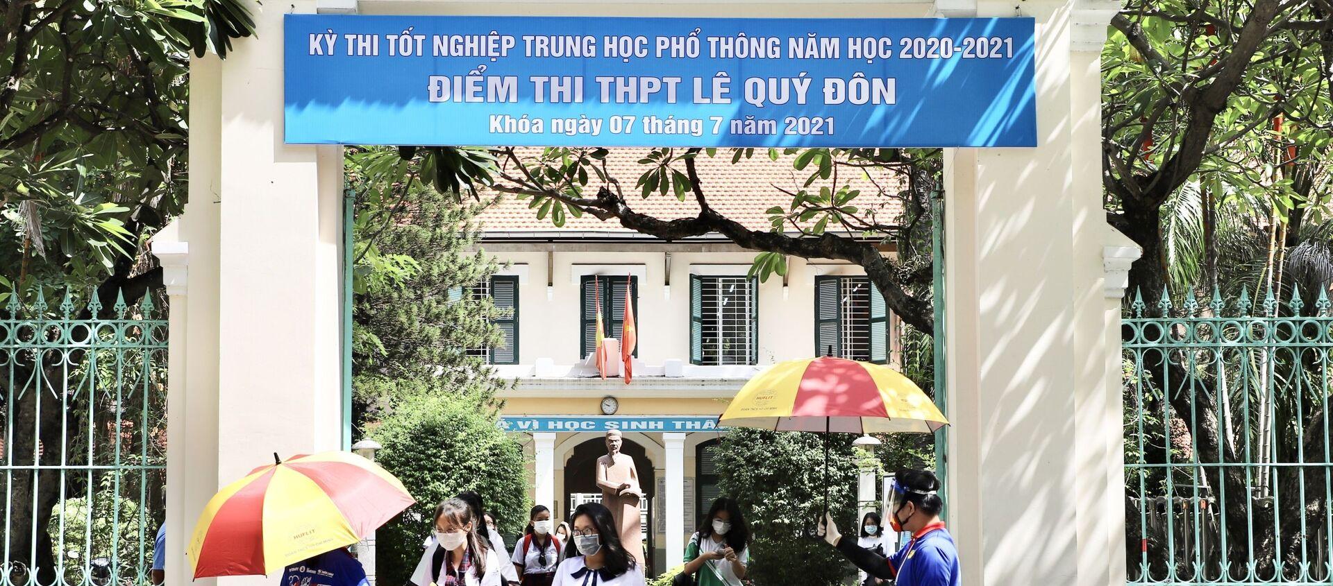 Thí sinh ra về tại điểm thi trường THPT Lê Quý Đôn (quận 3, TP.HCM) - Sputnik Việt Nam, 1920, 26.07.2021