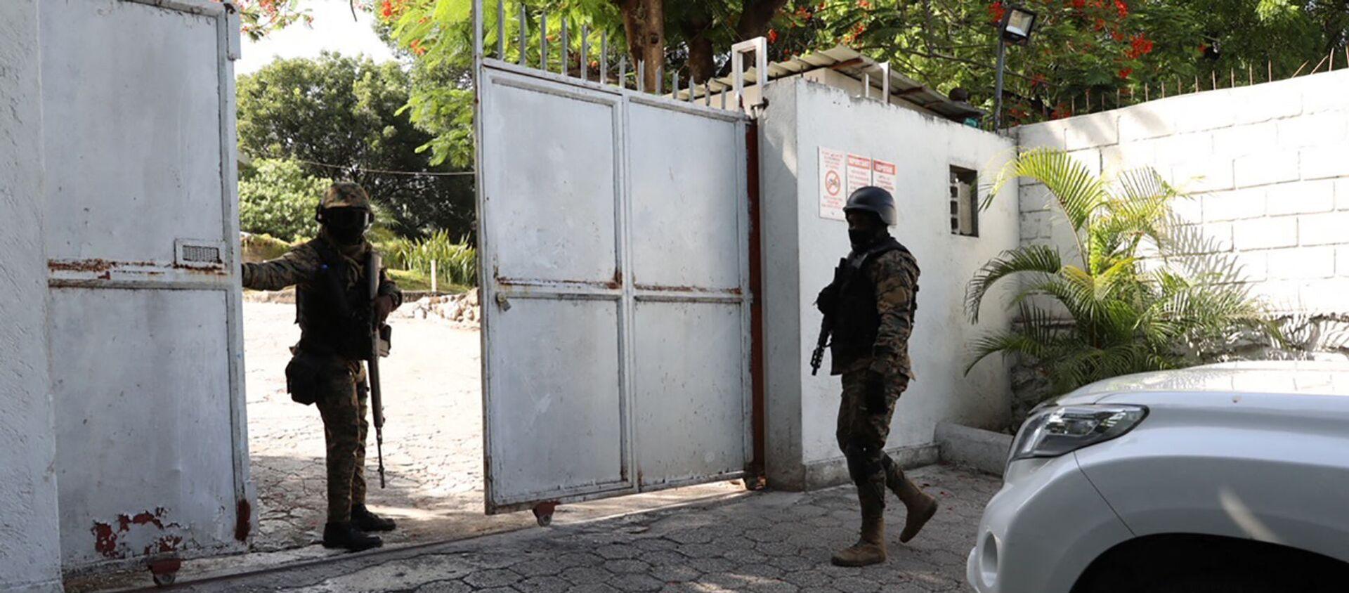 Các binh sĩ canh gác gần bệnh viện, nơi đệ nhất phu nhân Haiti bà Martine Moise bị thương đang điều trị sau vụ ám sát Tổng thống Jovenel Moise (Port-au-Prince, Haiti., 07.07.2021) - Sputnik Việt Nam, 1920, 08.07.2021