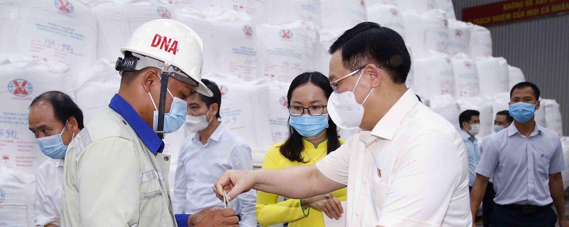 Chủ tịch Quốc hội Vương Đình Huệ tặng quà cho công nhân có hoàn cảnh khó khăn của Nhà máy Alumin Nhân Cơ - Sputnik Việt Nam, 1920, 28.07.2021
