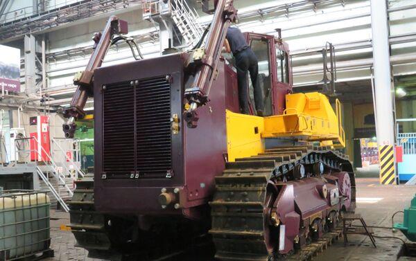 Đầu tàu của dòng sản phẩm Chetra - máy kéo T40 (trọng lượng 68 tấn) - trước khi được gửi đến xưởng thử nghiệm và trang bị thêm - Sputnik Việt Nam