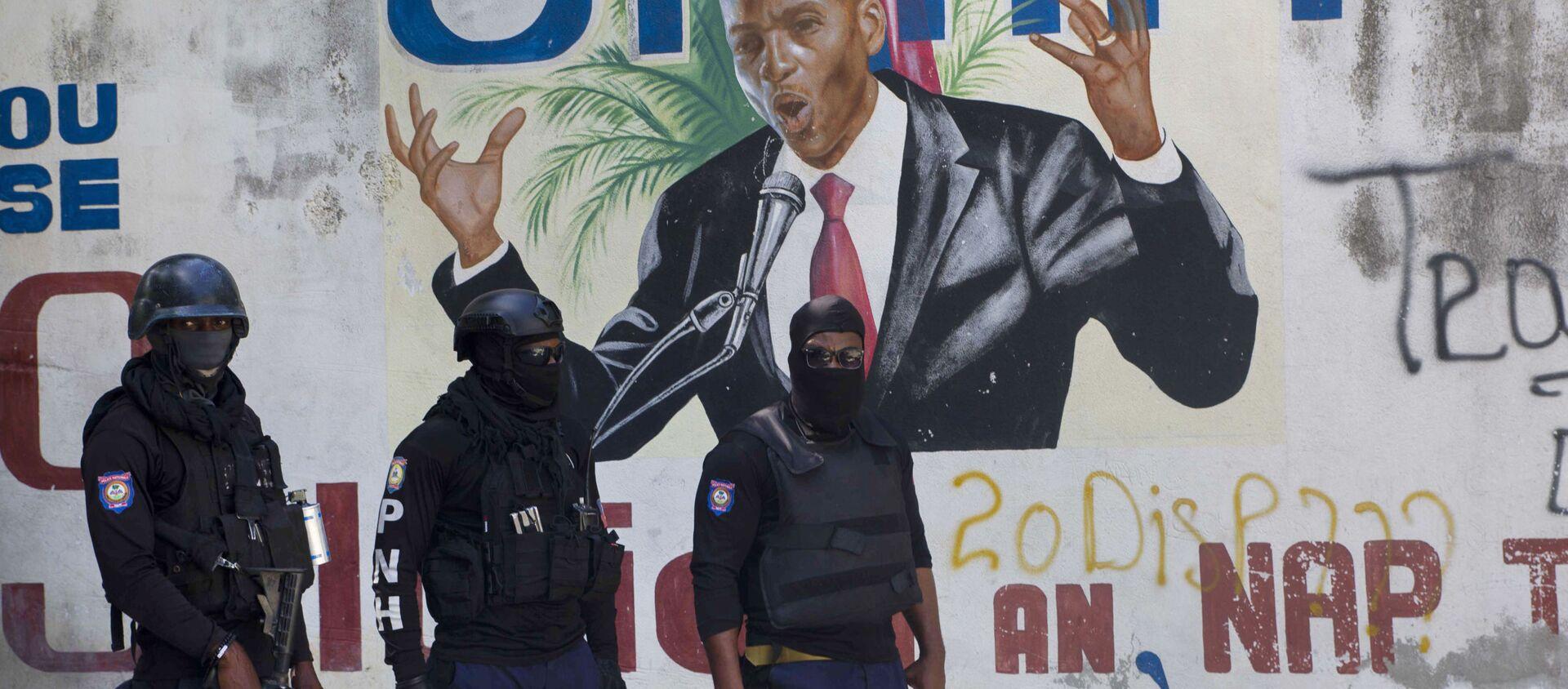 Cảnh sát đứng gần bức tranh tường có hình Tổng thống Haiti Jovenel Moise, gần tư dinh của nhà lãnh đạo nơi ông bị giết bởi các tay súng vào sáng sớm ở Port-au-Prince, Haiti, Thứ Tư, ngày 7 tháng 7 năm 2021. - Sputnik Việt Nam, 1920, 08.07.2021