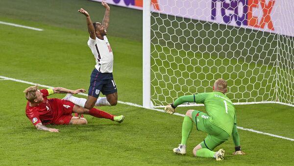 Các cầu thủ bóng đá Anh và Đan Mạch trong trận đấu tại Euro 2020 - Sputnik Việt Nam