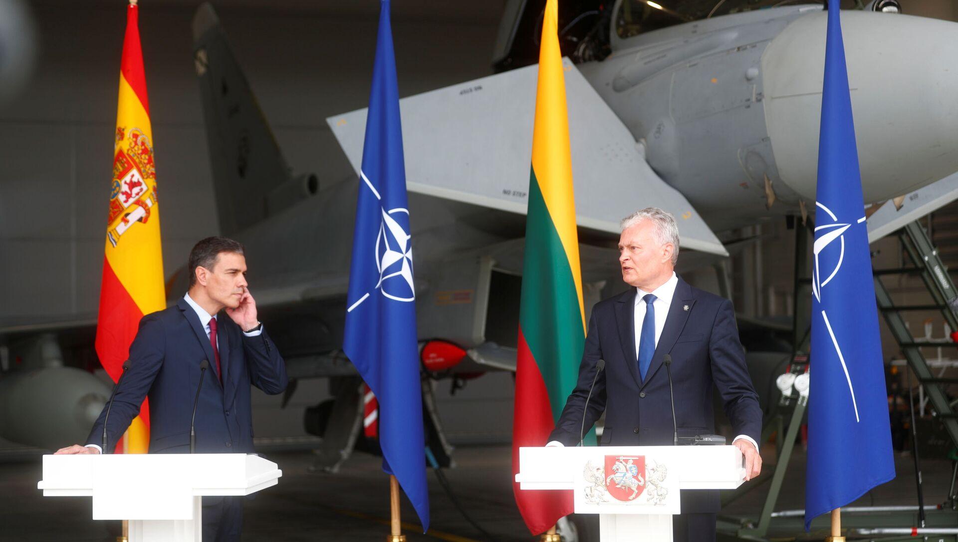 Thủ tướng Tây Ban Nha Pedro Sanchez và Tổng thống Litva Gitanas Nauseda tham dự một cuộc họp báo tại căn cứ không quân Siauliai, Litva ngày 8 tháng 7 năm 2021. REUTERS / IntsKalnins - Sputnik Việt Nam, 1920, 08.07.2021