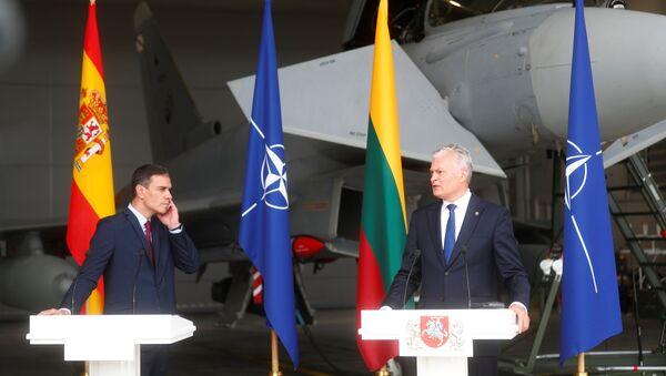 Thủ tướng Tây Ban Nha Pedro Sanchez và Tổng thống Litva Gitanas Nauseda tham dự một cuộc họp báo tại căn cứ không quân Siauliai, Litva ngày 8 tháng 7 năm 2021. REUTERS / IntsKalnins - Sputnik Việt Nam