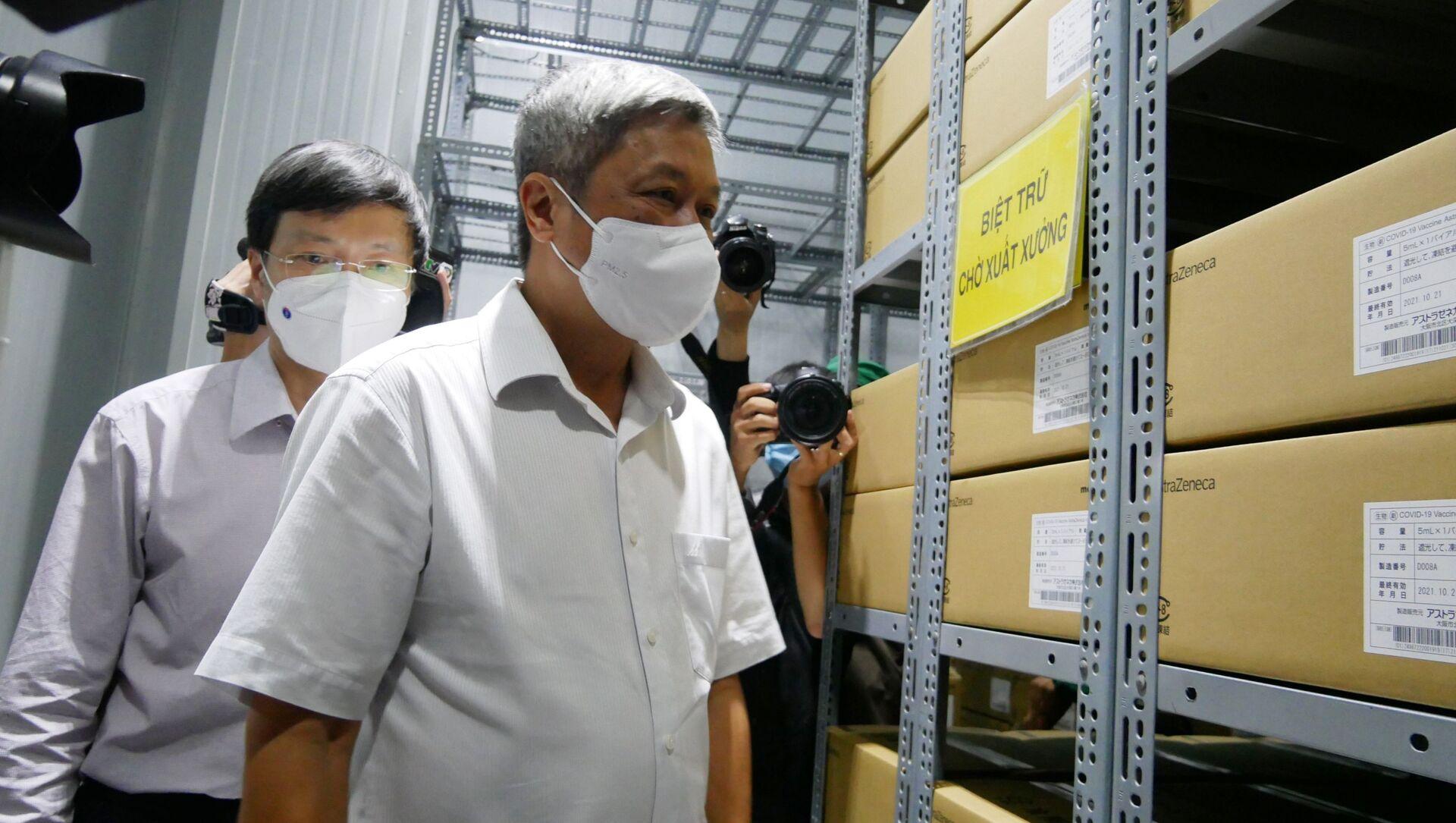 Thứ trưởng Bộ Y tế Nguyễn Trường Sơn kiểm tra công tác bảo quản vaccine Astra Zeneca tại Công ty dược mỹ phẩm May - Sputnik Việt Nam, 1920, 09.07.2021