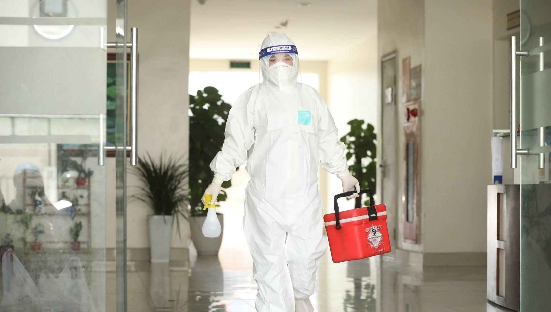 Nhân viên Trung tâm y tế quận Thanh Xuân đến lấy mẫu xét nghiệm cho những người liên quan - Sputnik Việt Nam, 1920, 09.07.2021