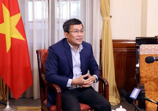 Thứ trưởng Ngoại giao Nguyễn Minh Vũ trả lời phỏng vấn các cơ quan thông tấn báo chí.