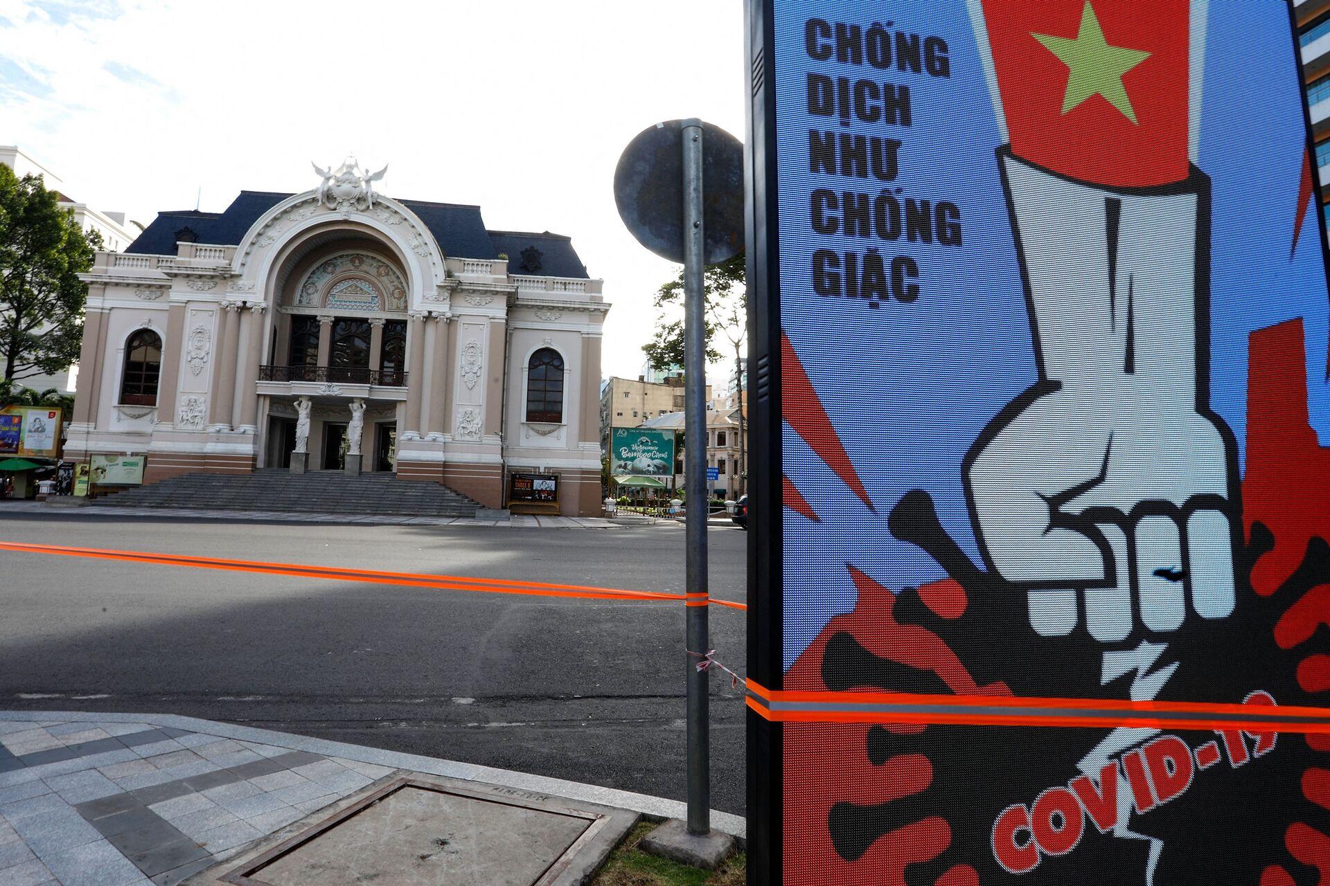 Màn hình điện tử trước Nhà hát Lớn Sài Gòn hiển thị thông báo về cuộc chiến chống Covid-19 vào ngày đầu phong toả ở TP Hồ Chí Minh, Việt Nam. - Sputnik Việt Nam, 1920, 05.10.2021