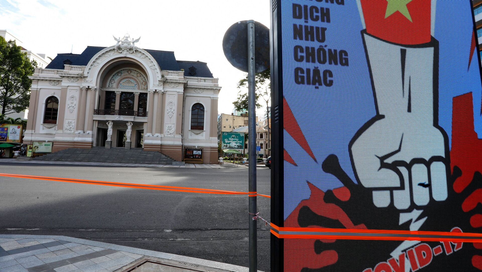 Màn hình điện tử trước Nhà hát Lớn Sài Gòn hiển thị thông báo về cuộc chiến chống Covid-19 vào ngày đầu phong toả ở TP Hồ Chí Minh, Việt Nam. - Sputnik Việt Nam, 1920, 12.08.2021