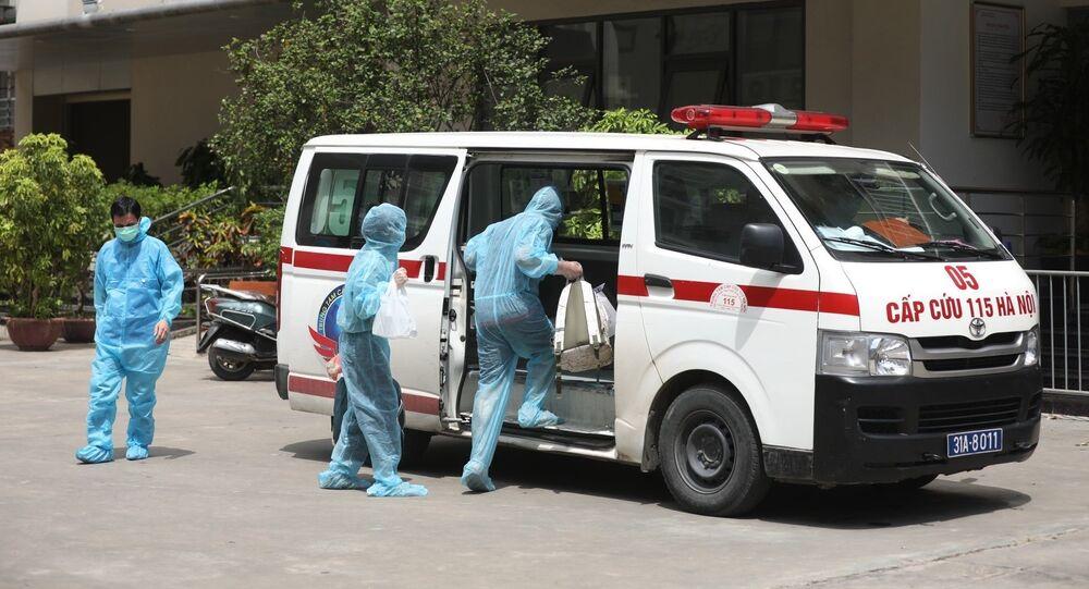 2 trường hợp F1 liên quan đến bệnh nhân COVID-19 tại chung cư Thanh Xuân Building được đưa đi cách ly.