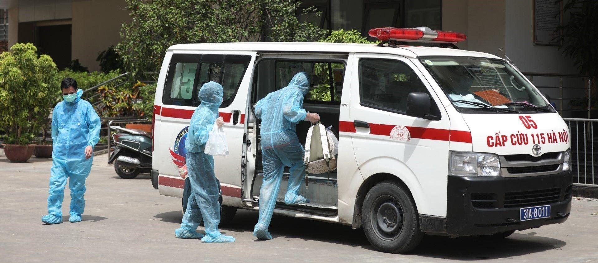 2 trường hợp F1 liên quan đến bệnh nhân COVID-19 tại chung cư Thanh Xuân Building được đưa đi cách ly. - Sputnik Việt Nam, 1920, 13.07.2021