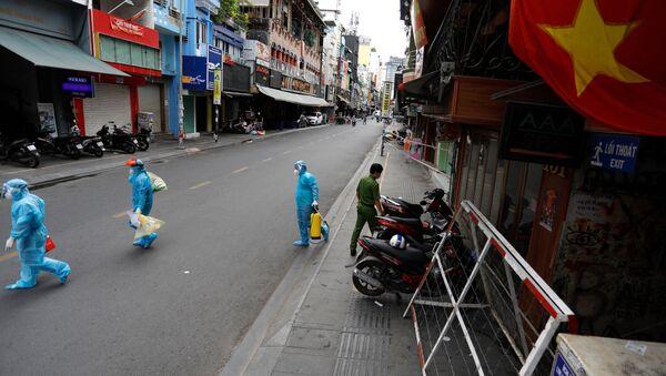 Nhân viên y tế trong ngày đầu tiên sau khi chính phủ áp đặt hai tuần cách ly ở Thành phố Hồ Chí Minh, Việt Nam - Sputnik Việt Nam