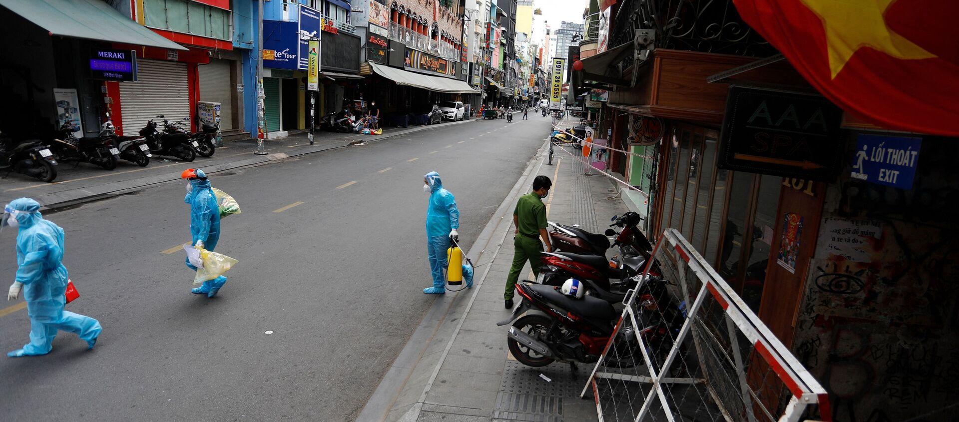 Nhân viên y tế trong ngày đầu tiên sau khi chính phủ áp đặt hai tuần cách ly ở Thành phố Hồ Chí Minh, Việt Nam - Sputnik Việt Nam, 1920, 10.07.2021