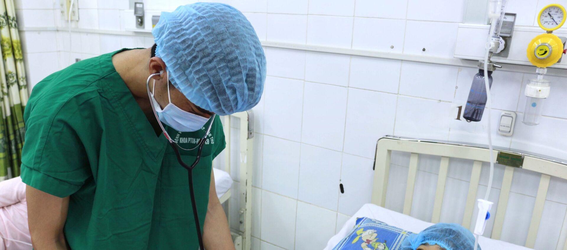 Các bác sĩ Bệnh viện Phụ sản Cần Thơ thăm khám cho bệnh nhân T.T.K.L sau phẫu thuật.  - Sputnik Việt Nam, 1920, 10.07.2021