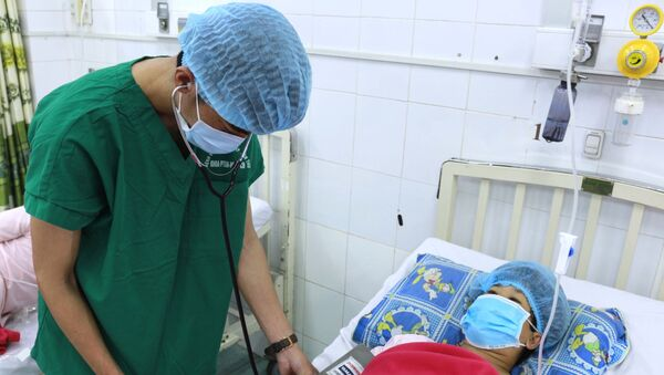 Các bác sĩ Bệnh viện Phụ sản Cần Thơ thăm khám cho bệnh nhân T.T.K.L sau phẫu thuật.  - Sputnik Việt Nam