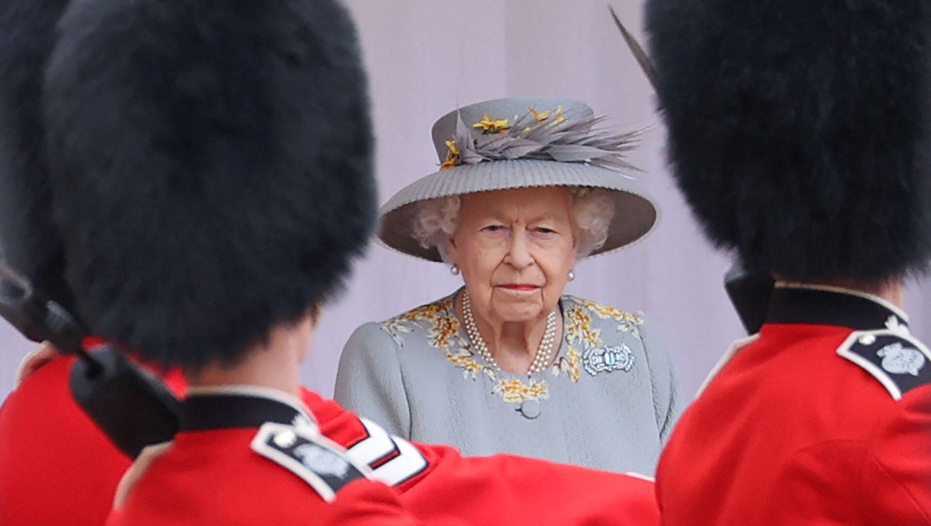 Nữ hoàng Anh Elizabeth II theo dõi một buổi lễ quân sự để đánh dấu sinh nhật chính thức của mình tại Lâu đài Windsor vào ngày 12 tháng 6 năm 2021 ở Windsor. - Sputnik Việt Nam, 1920, 11.07.2021