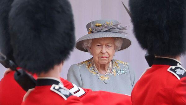 Nữ hoàng Anh Elizabeth II theo dõi một buổi lễ quân sự để đánh dấu sinh nhật chính thức của mình tại Lâu đài Windsor vào ngày 12 tháng 6 năm 2021 ở Windsor. - Sputnik Việt Nam