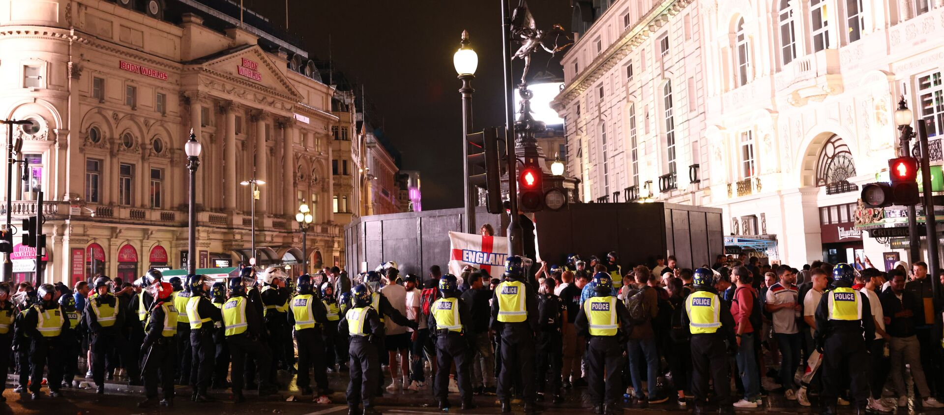 Cảnh sát kiềm chế đám đông cổ động viên ở London sau thất bại của đội tuyển Anh trong trận chung kết EURO 2020 - Sputnik Việt Nam, 1920, 12.07.2021
