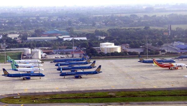Số lượng tàu bay đỗ lại qua đêm hiện nay tại Cảng HKQT Nội Bài của các hãng hàng không nội địa vẫn đang ở mức cao trung bình khoảng 85 tàu/đêm. - Sputnik Việt Nam