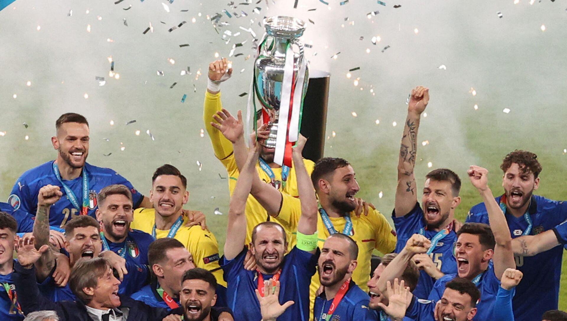 Hậu vệ Giorgio Chiellini của đội tuyển Ý giữ cúp vô địch châu Âu khi giành chiến thắng trong trận chung kết EURO 2020 giữa Ý và Anh trên sân vận động Wembley (ngày 12 tháng 7 năm 2021). London - Sputnik Việt Nam, 1920, 12.07.2021