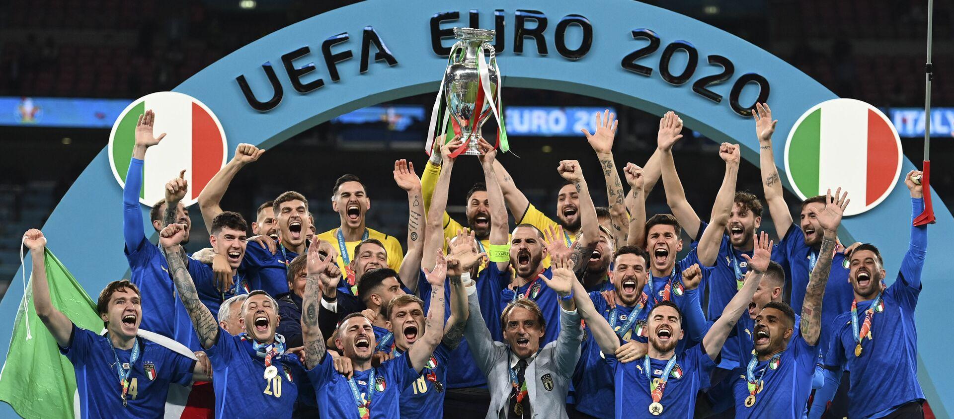 Đội tuyển quốc gia Ý ăn mừng trên bục vinh quang sau khi giành phần thắng trong trận chung kết Euro 2020 - Sputnik Việt Nam, 1920, 12.07.2021
