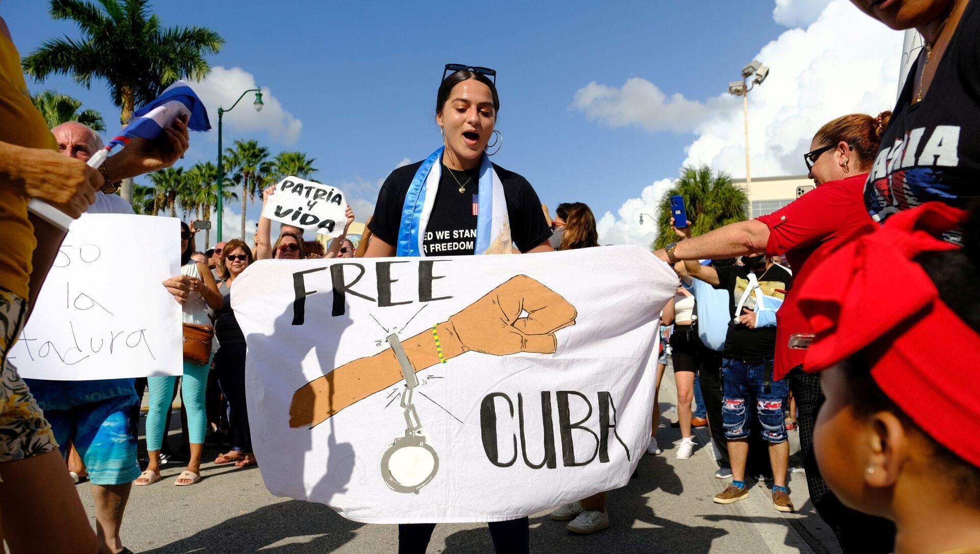 Những người di cư Cuba ở Little Havana phản ứng trước tin về các cuộc biểu tình diễn ra tại Cuba chống lại nền kinh tế đang suy thoái, Miami, Florida, Hoa Kỳ, ngày 11 tháng Bảy năm 2021. - Sputnik Việt Nam, 1920, 16.07.2021