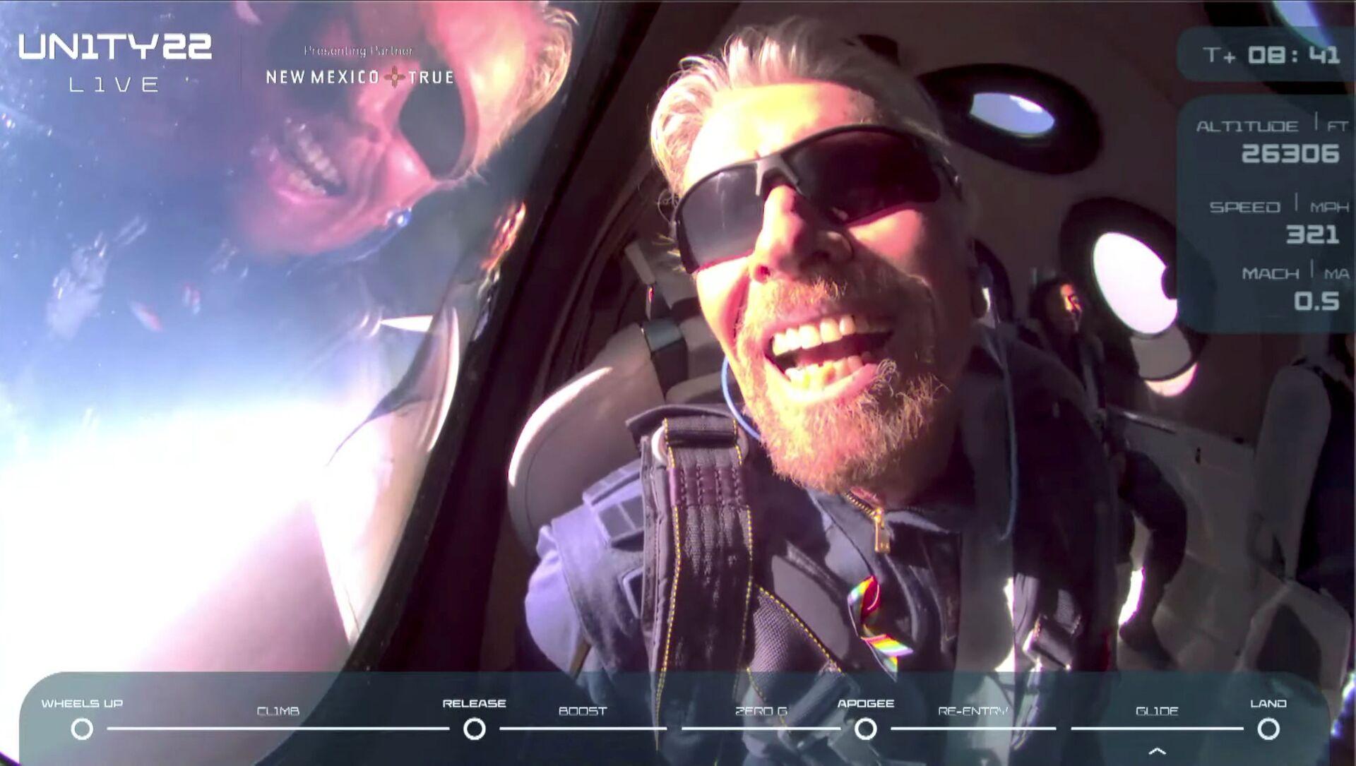 Tỷ phú Richard Branson trên tàu tên lửa chở khách VSS Unity của Virgin Galactic sau khi đến rìa không gian - Sputnik Việt Nam, 1920, 12.07.2021