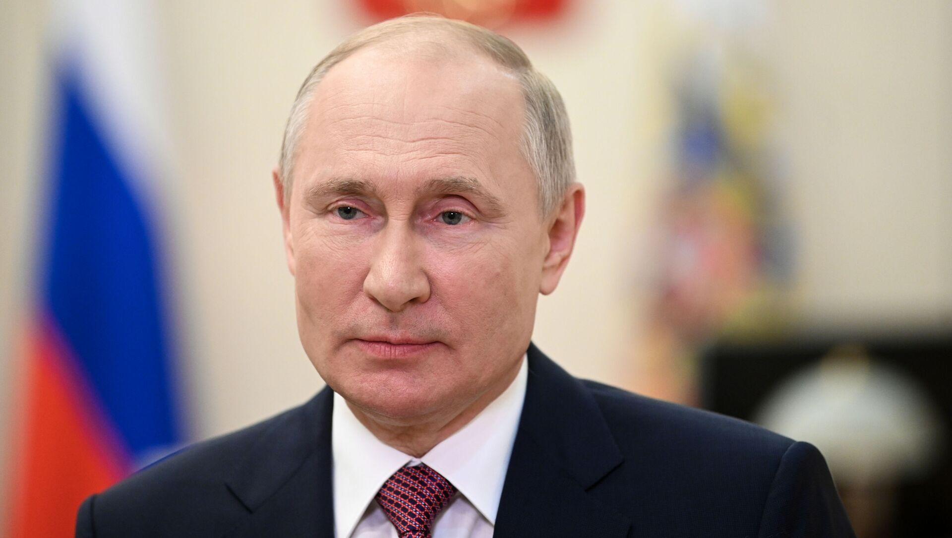 Tổng thống Nga Vladimir Putin chúc mừng sinh viên đại học tốt nghiệp trong một địa chỉ video từ dinh thự bang Novo-Ogaryovo, ngoại ô Moscow, Nga. - Sputnik Việt Nam, 1920, 12.07.2021