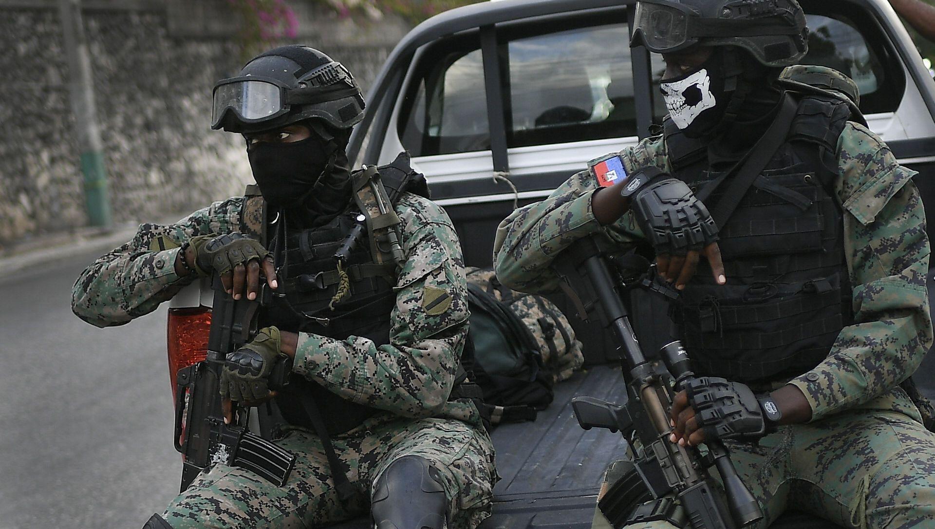 Các binh sĩ đứng gác gần tư dinh của Tổng thống lâm thời Claude Joseph ở Port-au-Prince, Haiti, Chủ nhật, ngày 11 tháng 7 năm 2021, bốn ngày sau vụ ám sát Tổng thống Haiti Jovenel Moise - Sputnik Việt Nam, 1920, 13.07.2021