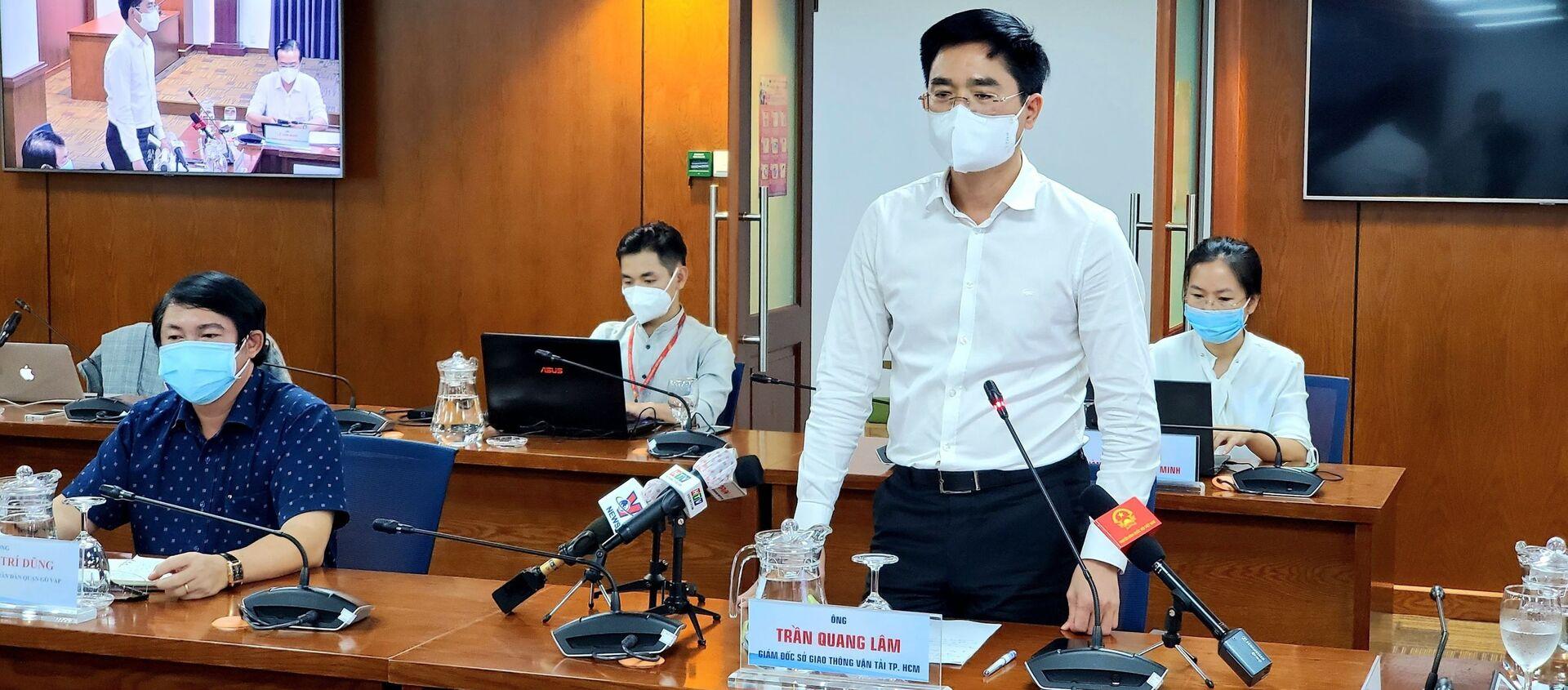 Ông Trần Quang Lâm, Giám đốc Sở Giao thông vận tải Thành phố Hồ Chí Minh thông tin tại buổi họp báo. - Sputnik Việt Nam, 1920, 13.07.2021