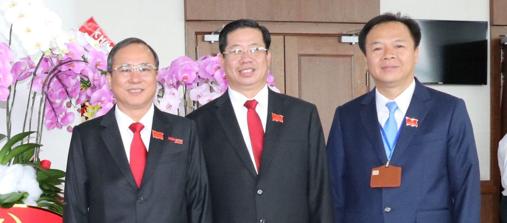 Ông Trần Văn Nam (ngoài cùng bên trái), Bí thư Tỉnh ủy Bình Dương, ông Trần Xuân Lâm (giữa), Chánh thanh tra tỉnh Bình Dương và ông Nguyễn Văn Đông, Bí thư Thành ủy Thủ Dầu - Sputnik Việt Nam, 1920, 13.07.2021