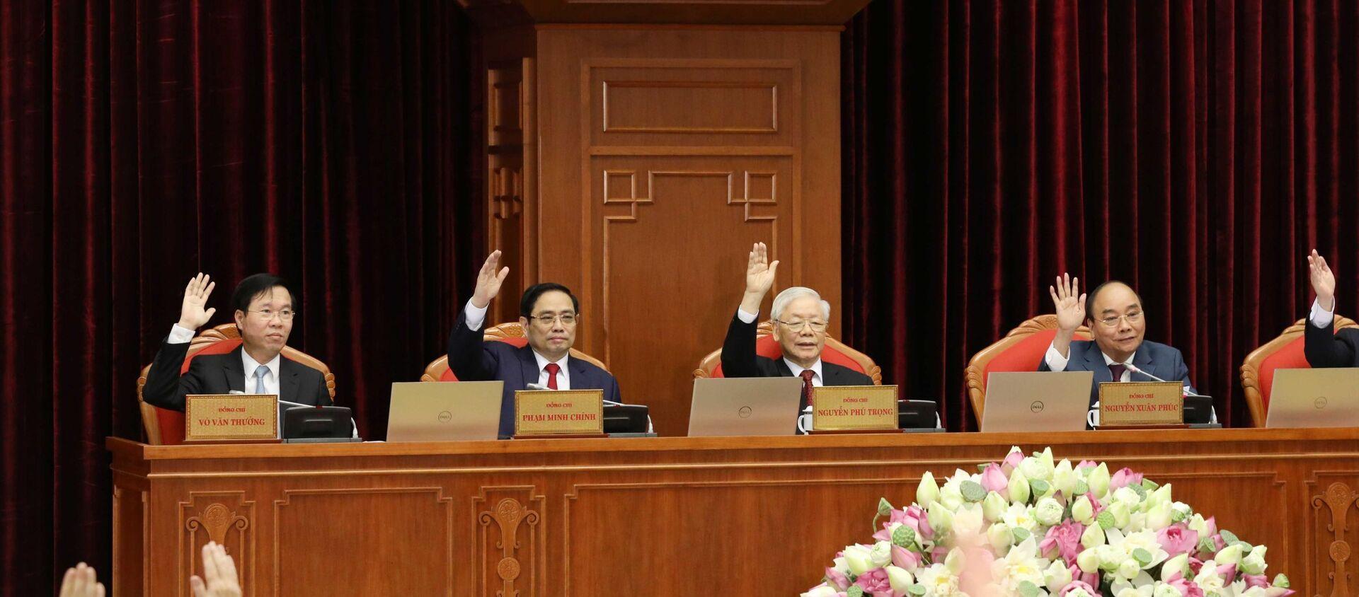 Các đồng chí lãnh đạo Đảng, Nhà nước biểu quyết thông qua chương trình Hội nghị. - Sputnik Việt Nam, 1920, 13.07.2021