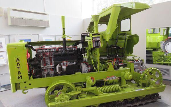 Mô hình cutaway của máy kéo bánh xích. - Sputnik Việt Nam