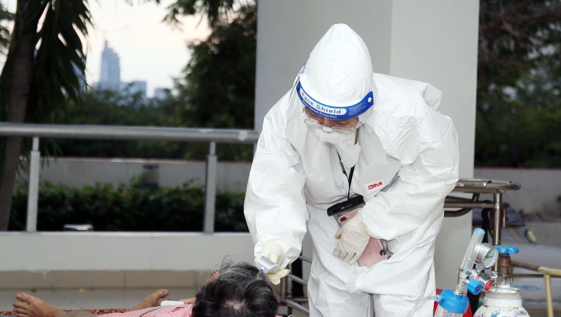 Bác sỹ tại Bệnh viện dã chiến thu dung, điều trị COVID-19 số 3 (Thành phố Thủ Đức) thăm khám cho bệnh nhân mới tiếp nhận. - Sputnik Việt Nam, 1920, 13.07.2021
