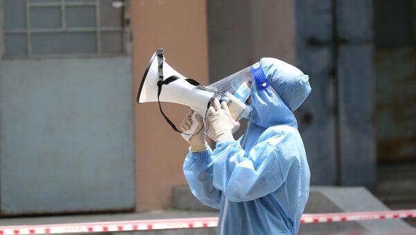 Nhắc nhở bệnh nhân COVID-19 tuân thủ đúng các quy định cách ly tại bệnh viện dã chiến thu dung, điều trị COVID-19. - Sputnik Việt Nam