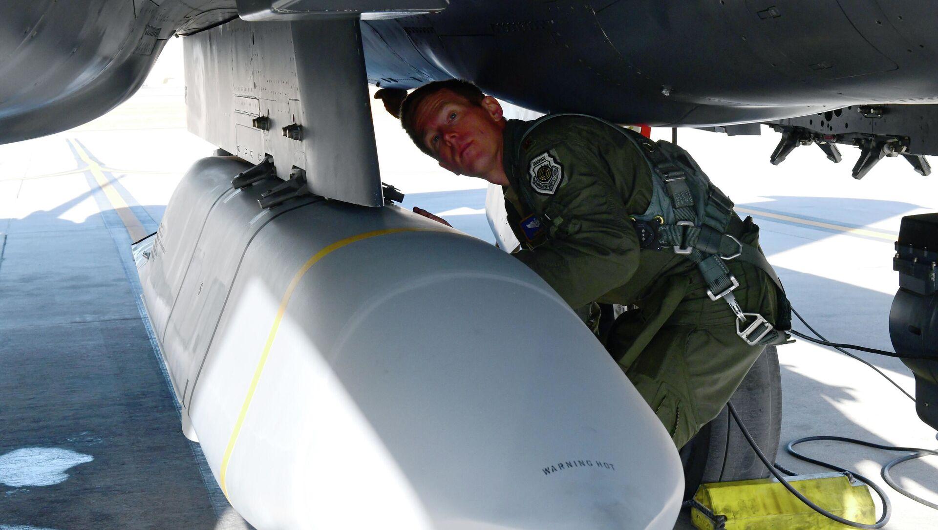Tên lửa AGM-158B JASSM-ER, được lắp đặt trên máy bay chiến đấu F-15E Không quân Hoa Kỳ - Sputnik Việt Nam, 1920, 28.09.2021