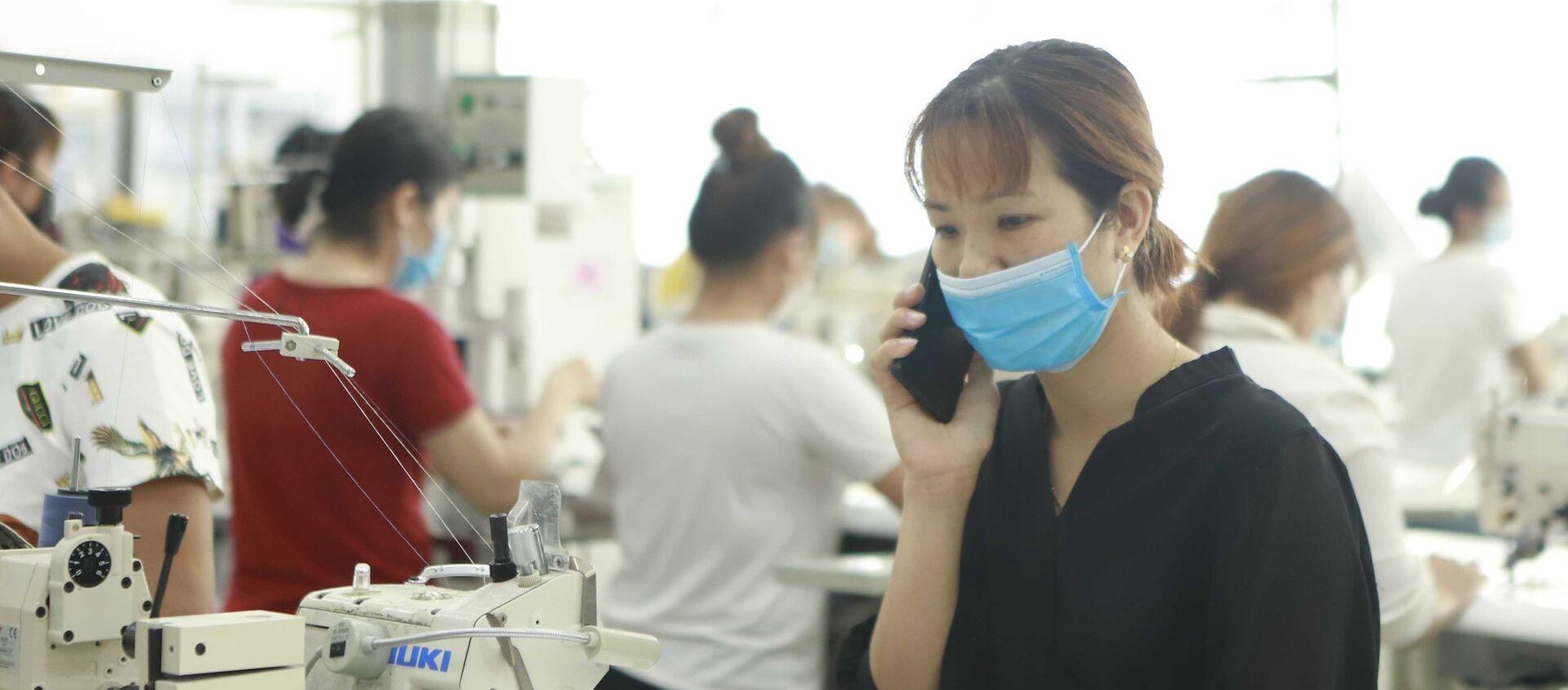 Tình huống giả định: Công nhân A đang làm việc thì nhận được thông báo qua điện thoại của cơ sở y tế đã tiếp xúc gần với một người có kết quả xét nghiệm dương tính với virus SARS -CoV-2, tổ trưởng phụ trách thông báo đến tổ phòng chống COVID -19 để đưa công nhân này đi cách ly.  - Sputnik Việt Nam, 1920, 15.07.2021