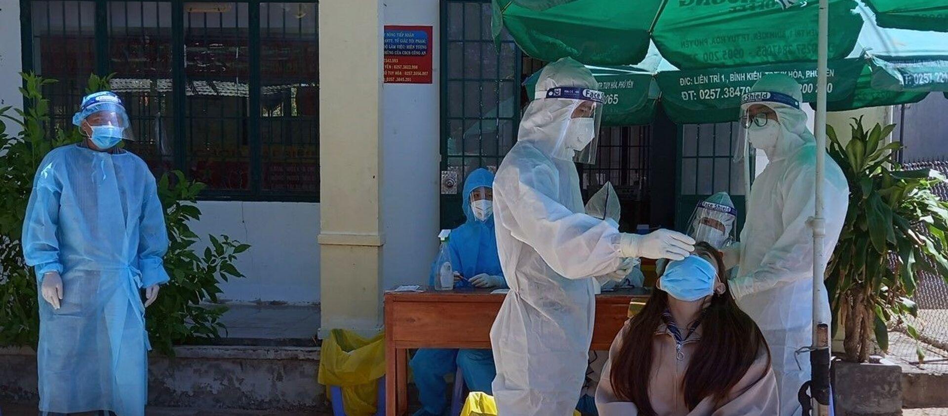 Thực hiện lấy mẫu xét nghiệm SARS-CoV-2 tại Phú Yên.  - Sputnik Việt Nam, 1920, 14.07.2021
