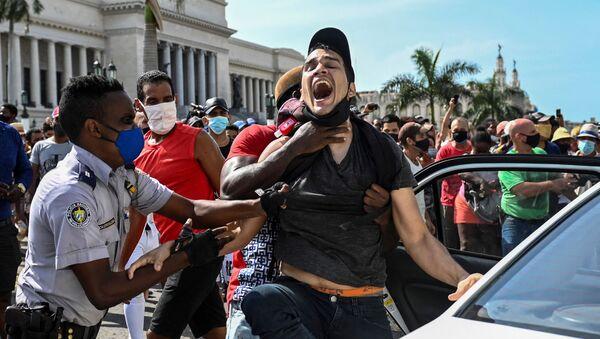 Bắt giữ người tham gia biểu tình chống chính phủ ở Havana, Cuba - Sputnik Việt Nam