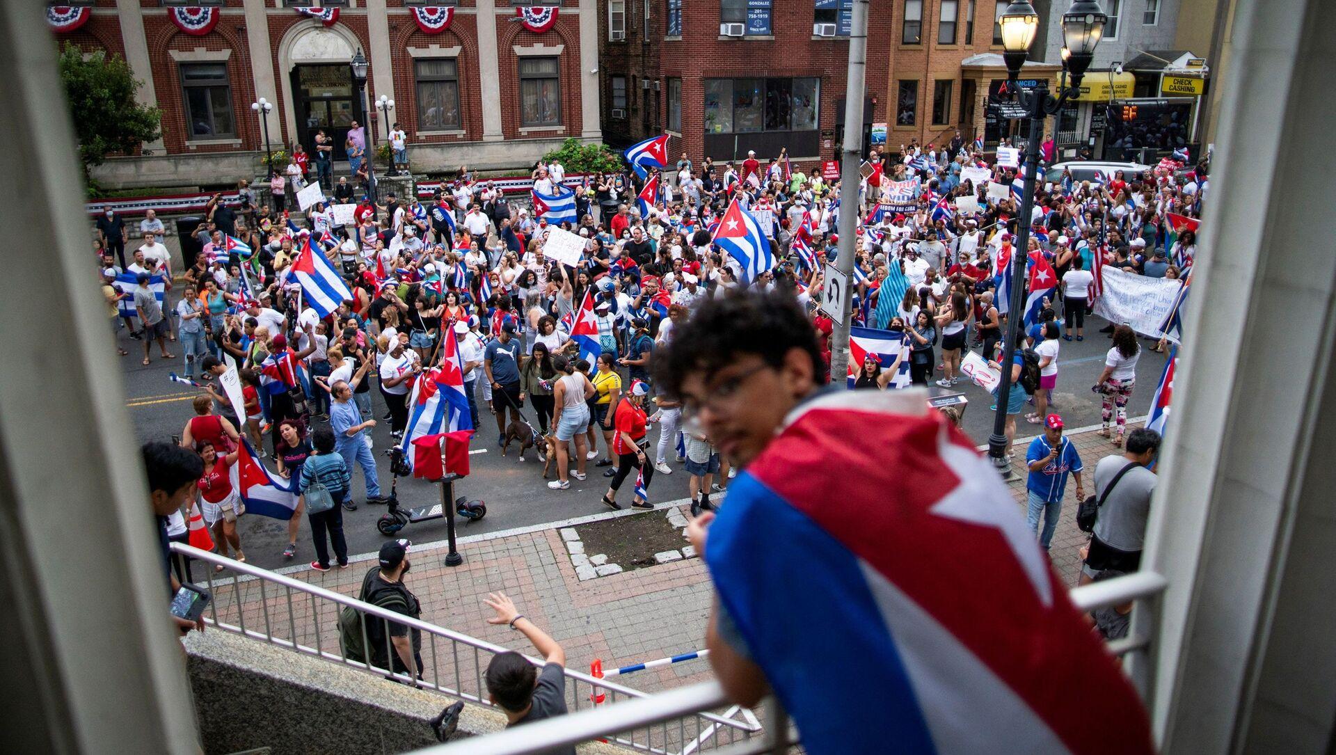 Tại New Jersey, Hoa Kỳ, thành viên của cộng đồng Cuba tuần hành và hưởng ứng thông báo về các cuộc biểu tình ở Cuba - Sputnik Việt Nam, 1920, 20.09.2021