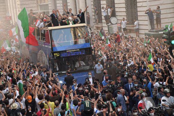 Cuộc diễu hành chiến thắng của các cầu thủ đội tuyển Ý với chiếc Cúp EURO 2020 trên xe buýt ở Roma - Sputnik Việt Nam