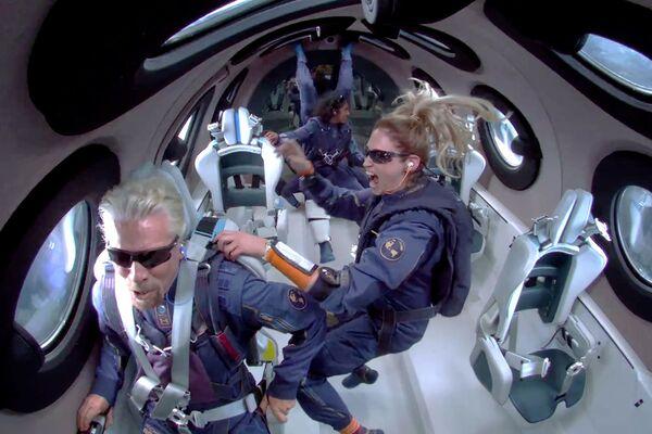 Tỷ phú Richard Branson cùng với tổ lái trên khoang máy bay tên lửa VSS Unity của công ty Virgin Galactic - Sputnik Việt Nam