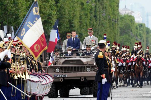 Tổng thống Pháp Emmanuel Macron và Tướng François Lecointre trong cuộc diễu binh kỷ niệm Ngày Phá ngục Bastille - Sputnik Việt Nam