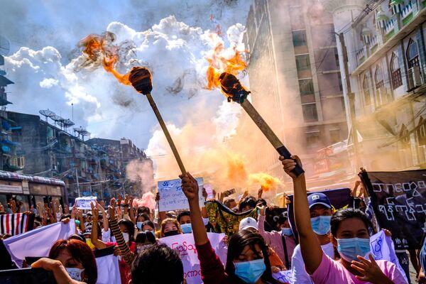 Những người phụ nữ trong cuộc biểu tình chống đảo chính quân sự ở Yangon - Sputnik Việt Nam